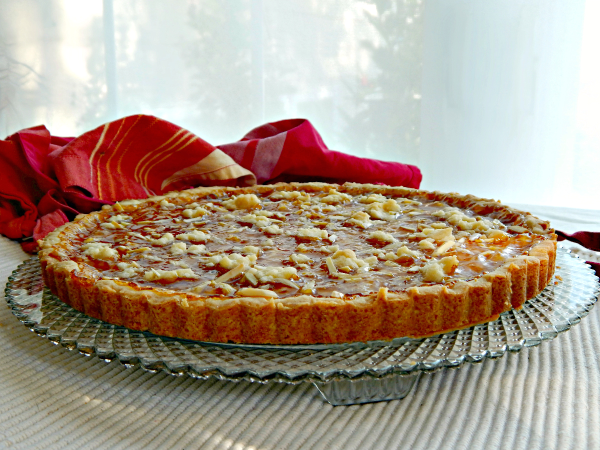 fregolata tart with jam and almonds
